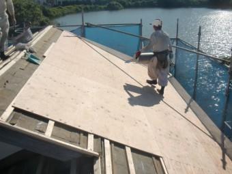 岸和田市土生町の屋根に合板設置