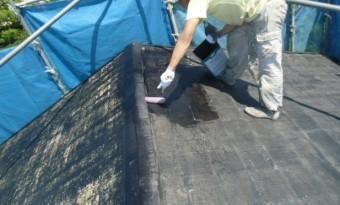 岸和田市摩湯町で屋根の下塗り