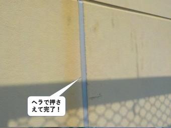 阪南市のシーリングをヘラで押さえて完了