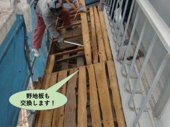 岸和田市の下屋の野地板も交換します