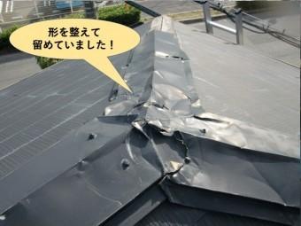 和泉市の下屋の板金の形を整えて留めていました!