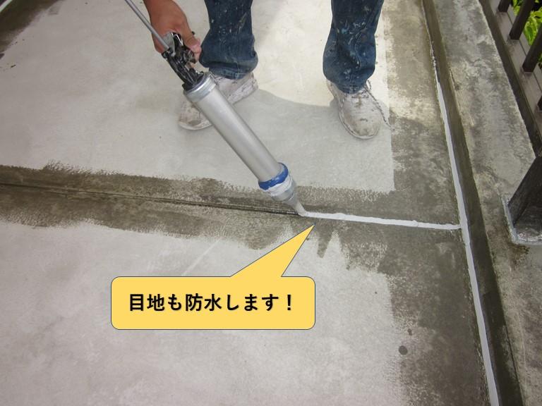 和泉市のベランダの床の目地をシーリングで防水