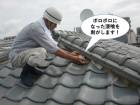 和泉市の屋根のボロボロになった漆喰を剥がします