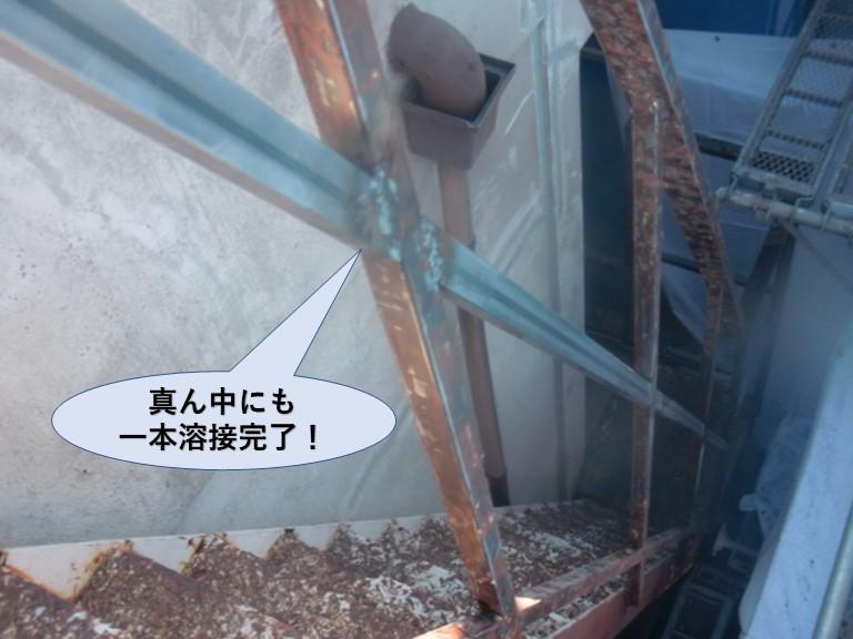 岸和田市の鉄骨階段の手すりの真ん中にも一本溶接完了