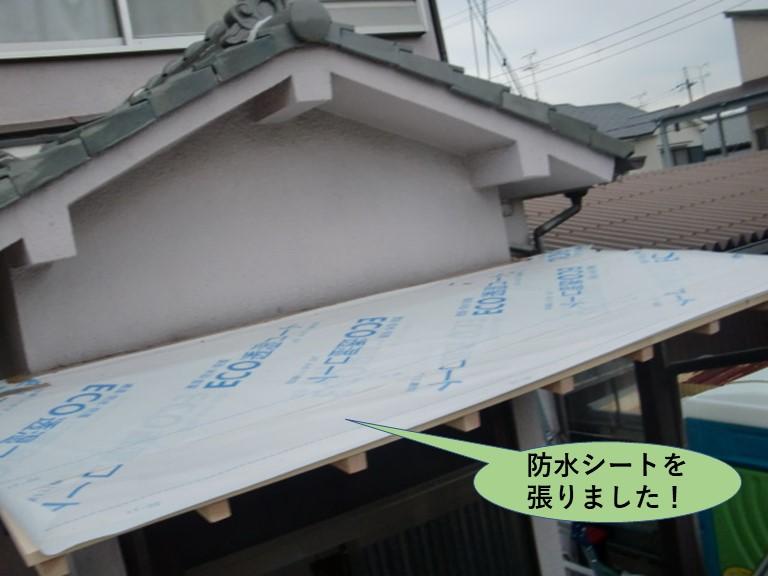 泉大津市の玄関ポーチの屋根に防水シートを張りました!