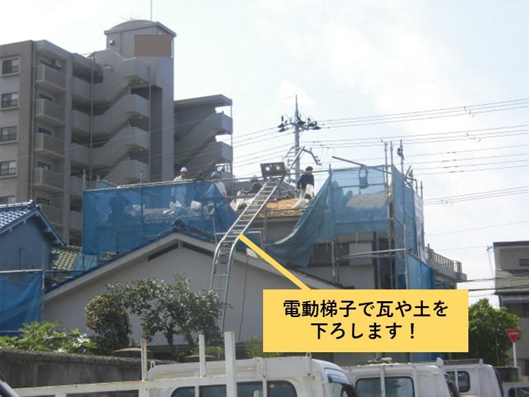 忠岡町の屋根葺き替えで電動梯子で荷下ろしします