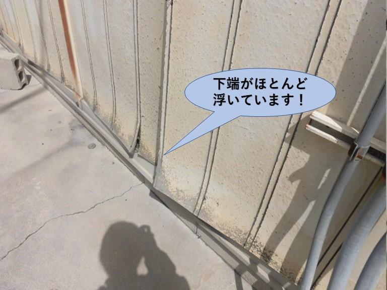 和泉市の化粧ボードの外壁の下端が浮いています