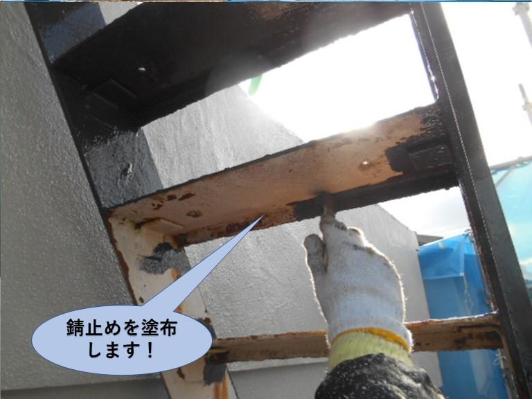 岸和田市の鉄階段の裏側に錆止めを塗布