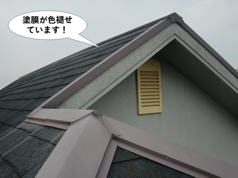 泉南市の屋根の塗膜が色褪せています