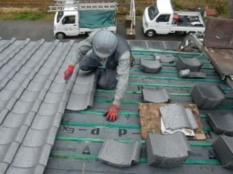 岸和田市東大路町の淡路産特上瓦の屋根の葺き替え工事中