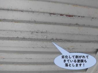 岸和田市のガレージの劣化して剥がれてきている塗膜も落とします
