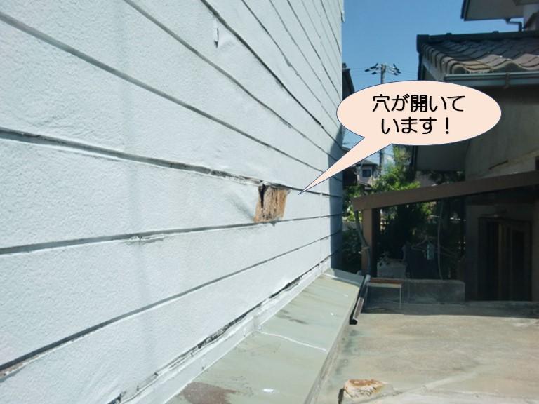 岸和田市上松町の劣化して穴が開いた外壁パネル