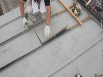 岸和田市内畑町のお風呂場の屋根かさ上げ工事で既存屋根一部カット