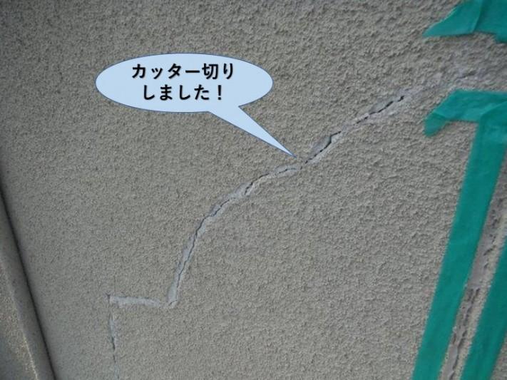 岸和田市の外壁のひび割れをカッター切りしました!
