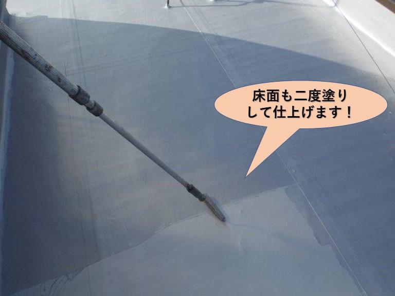 貝塚市の陸屋根の床面も二度塗りして仕上げます