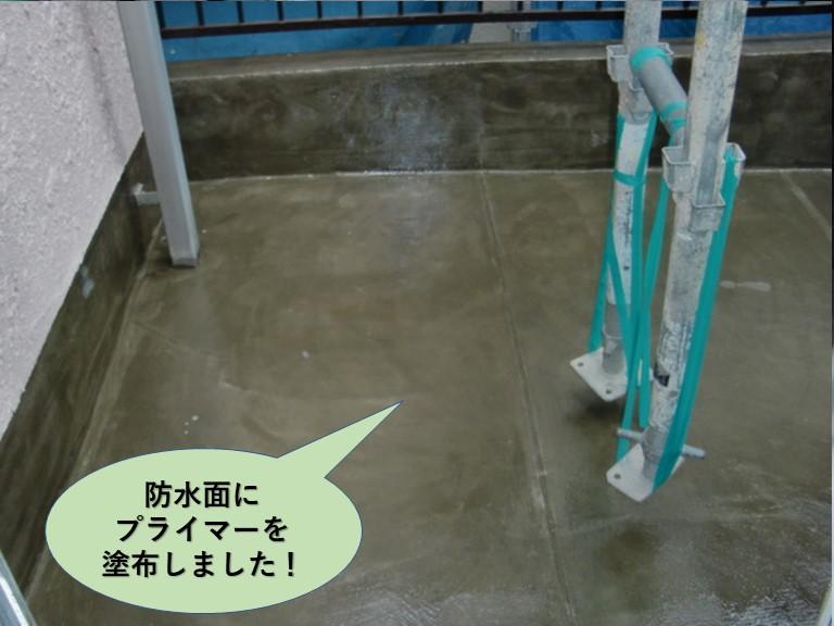 岸和田市のベランダの防水面にプライマーを塗布しました