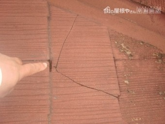 岸和田市上松町でスレート屋根の葺き替えで現調でひび
