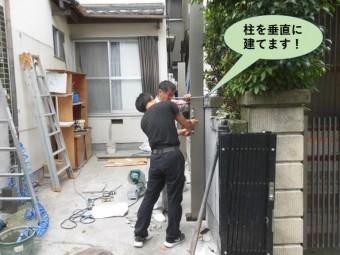 岸和田市のカーポートの柱を垂直に建てます
