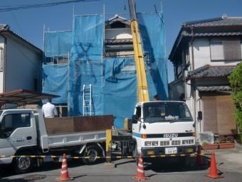 岸和田市土生町の屋根葺き替えのクレーン車