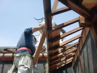 岸和田市土生町の下屋根の既存の軒天井板を張っています!