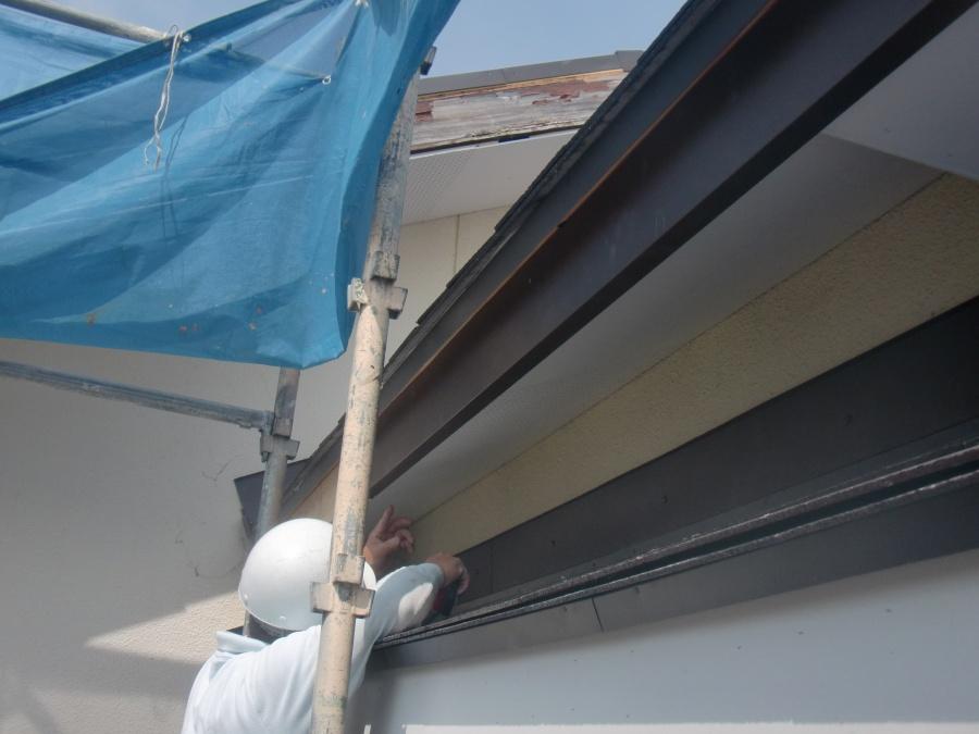 岸和田市土生町の屋根の鼻隠しにガルバリウム鋼板巻き