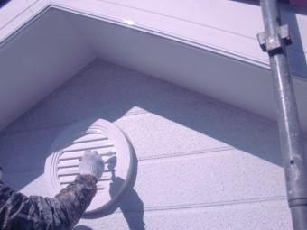 岸和田市包近町の屋根裏通気口塗装
