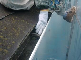 岸和田市包近町のごみが溜まった雨樋清掃