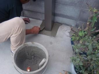 岸和田市土生町でアルミ製のテラスの柱埋め込み中