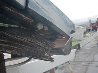 貝塚市永吉の劣化した破風板現況