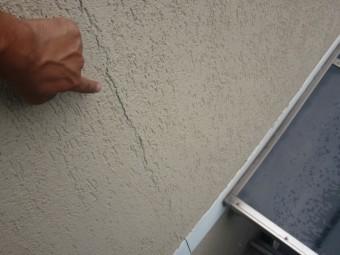 岸和田市西之内町の亀裂が入った外壁