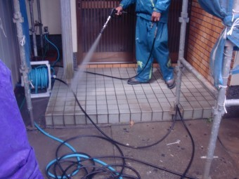 岸和田市土生町の高圧洗浄で玄関土間洗浄
