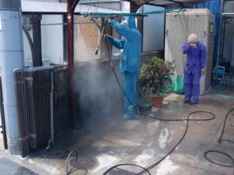岸和田市土生町の高圧洗浄で家の周りの塀洗浄中