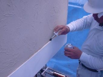 岸和田市西之内町の外壁の帯にプライマー塗布