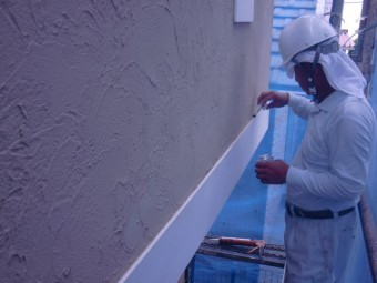岸和田市西之内町の帯の上部にプライマー塗布