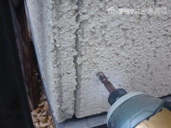 岸和田市西之内町の外壁パネルの浮きをビスで固定