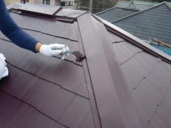 岸和田市包近町の屋根の板金刷毛塗装