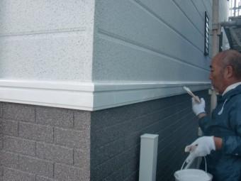 岸和田市包近町の外壁の帯を塗装中