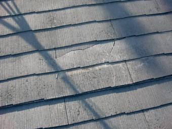泉佐野市鶴原の割れたスレート屋根