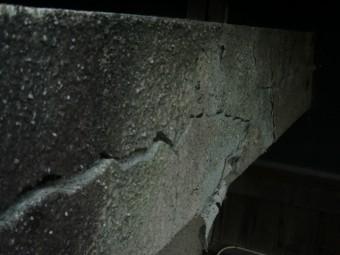 岸和田市包近町の屋根の側面に大きなクラック