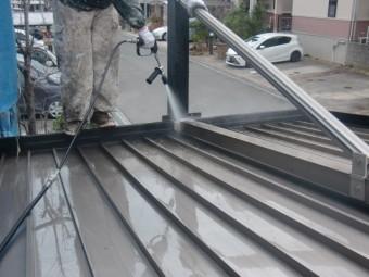 岸和田市包近町のカーポートの屋根洗浄中