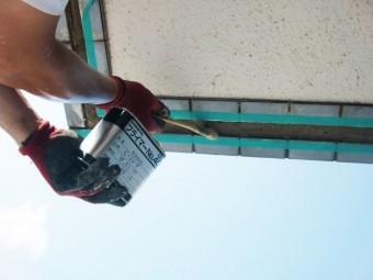 貝塚市石才のバルコニーの下端にプライマー塗布