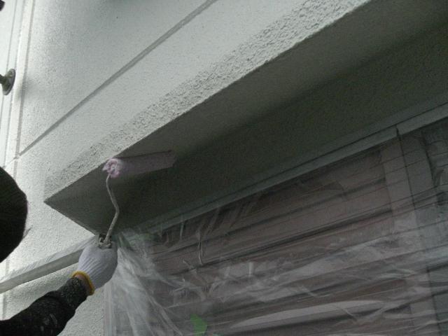 岸和田市天神山町の庇も下塗りします