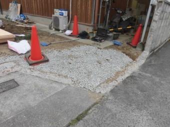 岸和田市土生町の屋根葺き替えに伴う門柱撤去で砂利を敷きました!