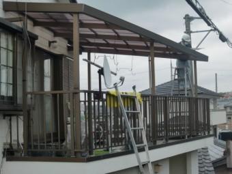 岸和田市尾生町の二階のテラス波板張替え中