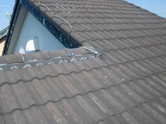 岸和田市で瓦と雨樋が屋根のアンテナが倒れた為、割れていたお客様の声
