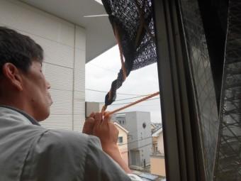 岸和田市土生滝町のサンルームの日除け設置中