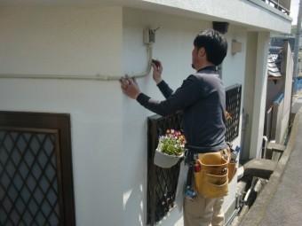 岸和田市尾生町の外壁に配線カバー取付