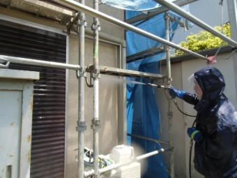 岸和田市天神山町の戸袋を洗浄中