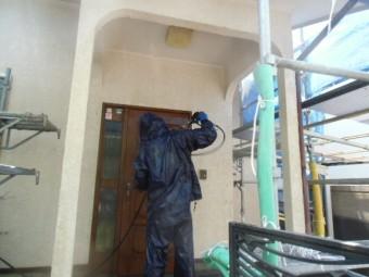 岸和田市天神山町の玄関ドアを洗浄中