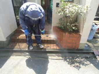 岸和田市天神山町の塀及び玄関タイルを洗浄中